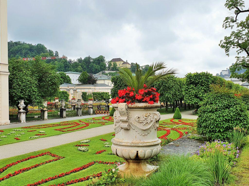 barocke Gartenanlage mit roten Blumen