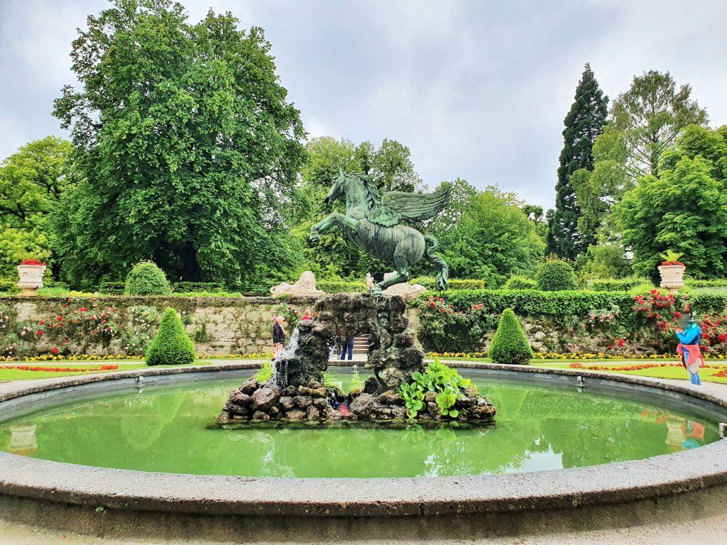 barocker Brunnen mit einem Pegasus in der Mitte