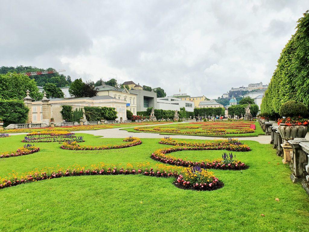 Mirabellgarten in Salzburg bei grauem Himmel