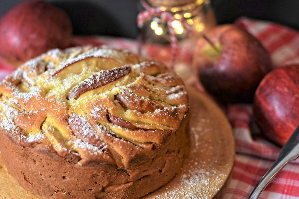 Apfelkuchen in runder Form gebacken
