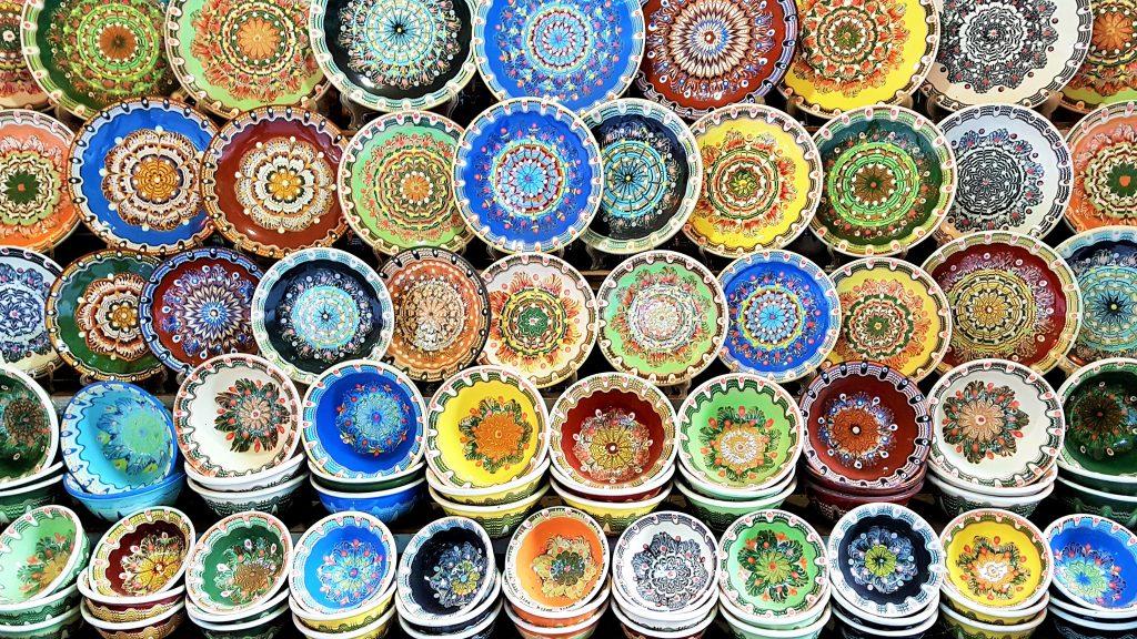bunte Keramikschüsseln aus Bulgarien