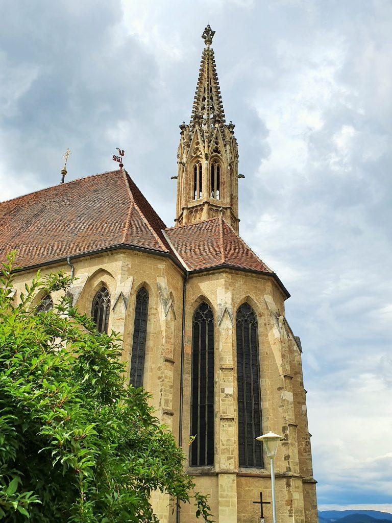 Wallfahrtskirche mit hohem gotischen Turm