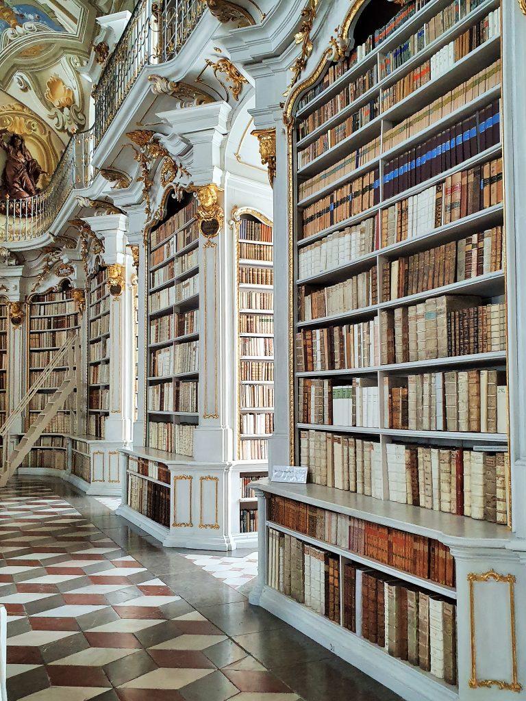 barocke Bibliothek in hellen Farben