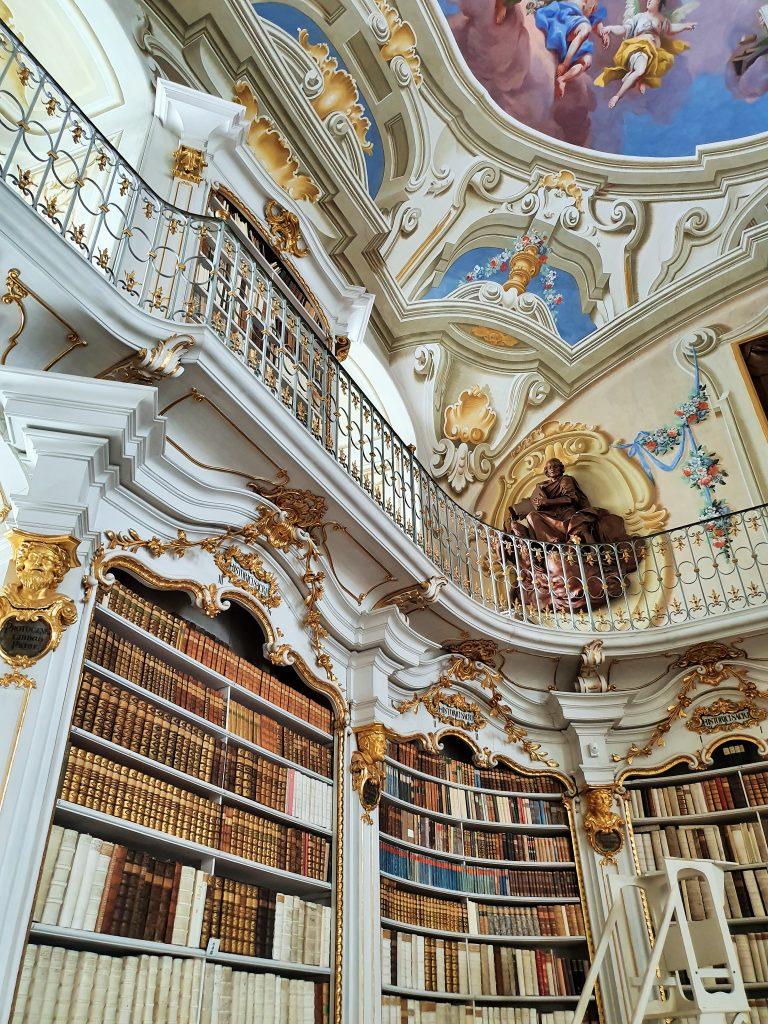 barocke Bibliothek und Fresken