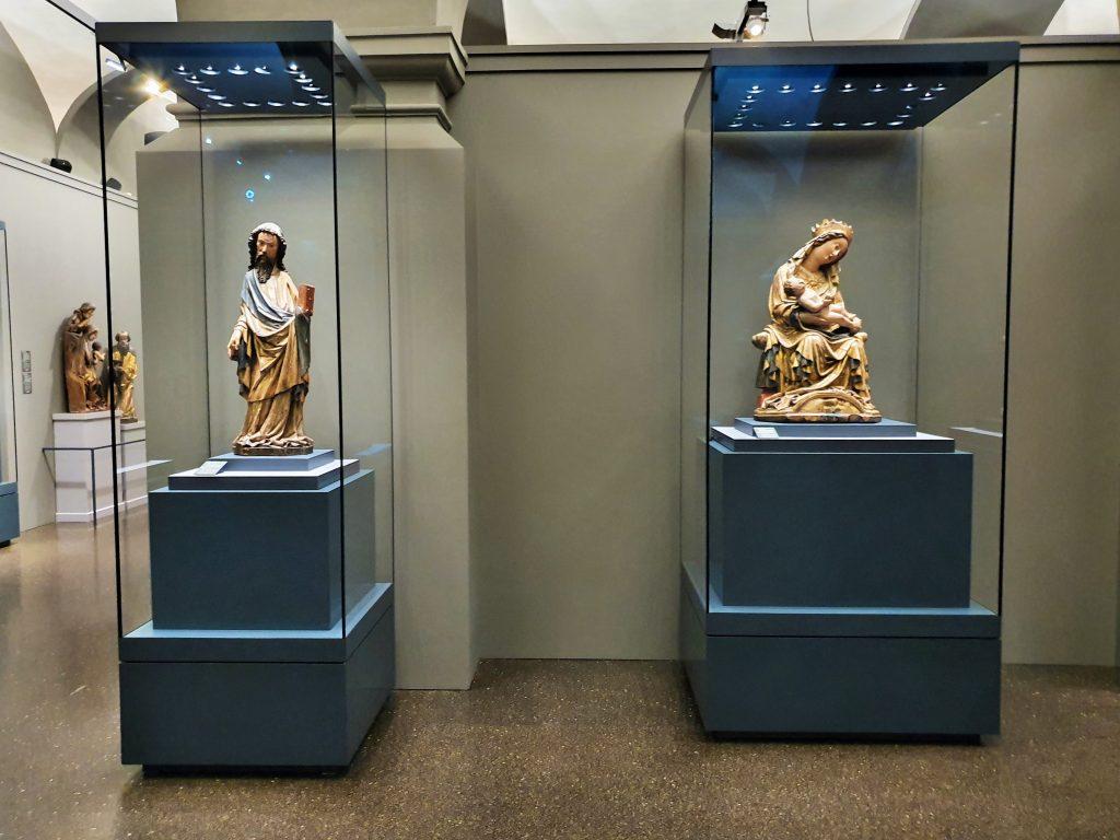 Exponate in Glaskästen aus Gotik Museum Admont