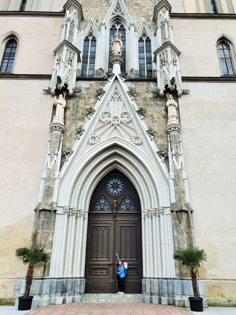 riesiges Eingangsportal der Admonter Stiftskirche