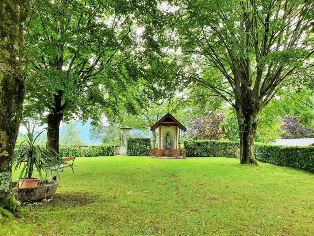 Kapelle in einem grünen Garten