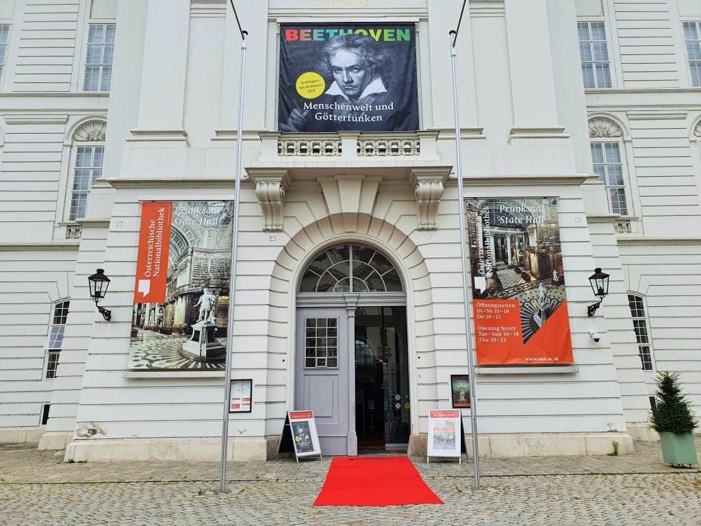 Eingang zur Österreichischen Nationalbibliothek Wien