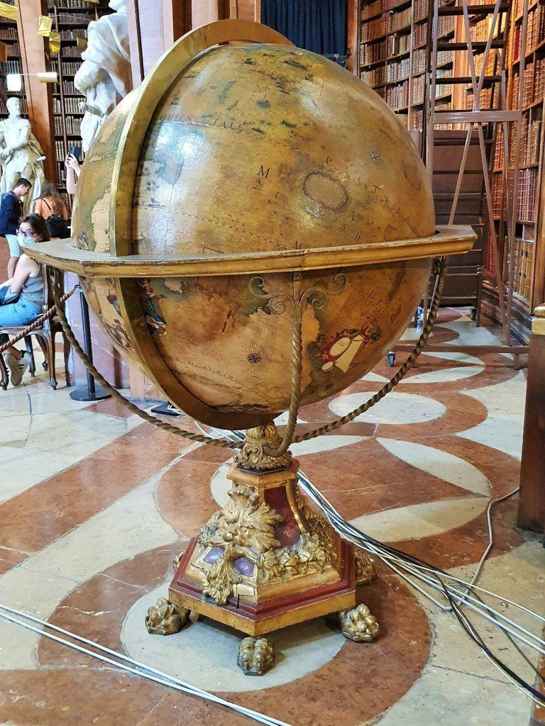 historischer Globus im Prunksaal Österreichische Nationalbibliothek Wien