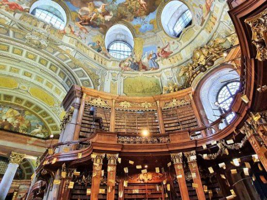 Decke mit barocken Fresken im Prunksaal österreichische Nationalbibliothek