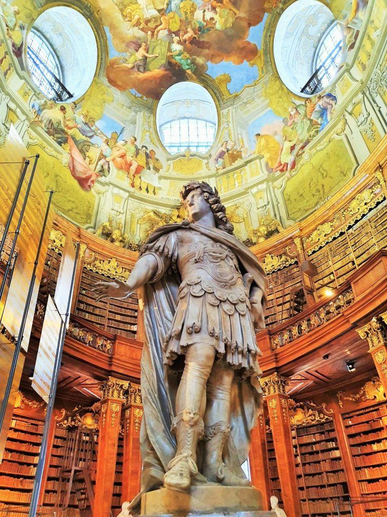 Statue Kaiser Karl VI im barocken Prunksaal
