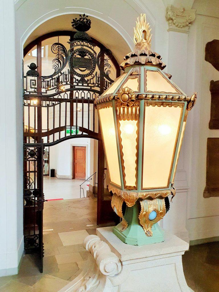historische Laterne in einem prächtigen barocken Stiegenaufgang