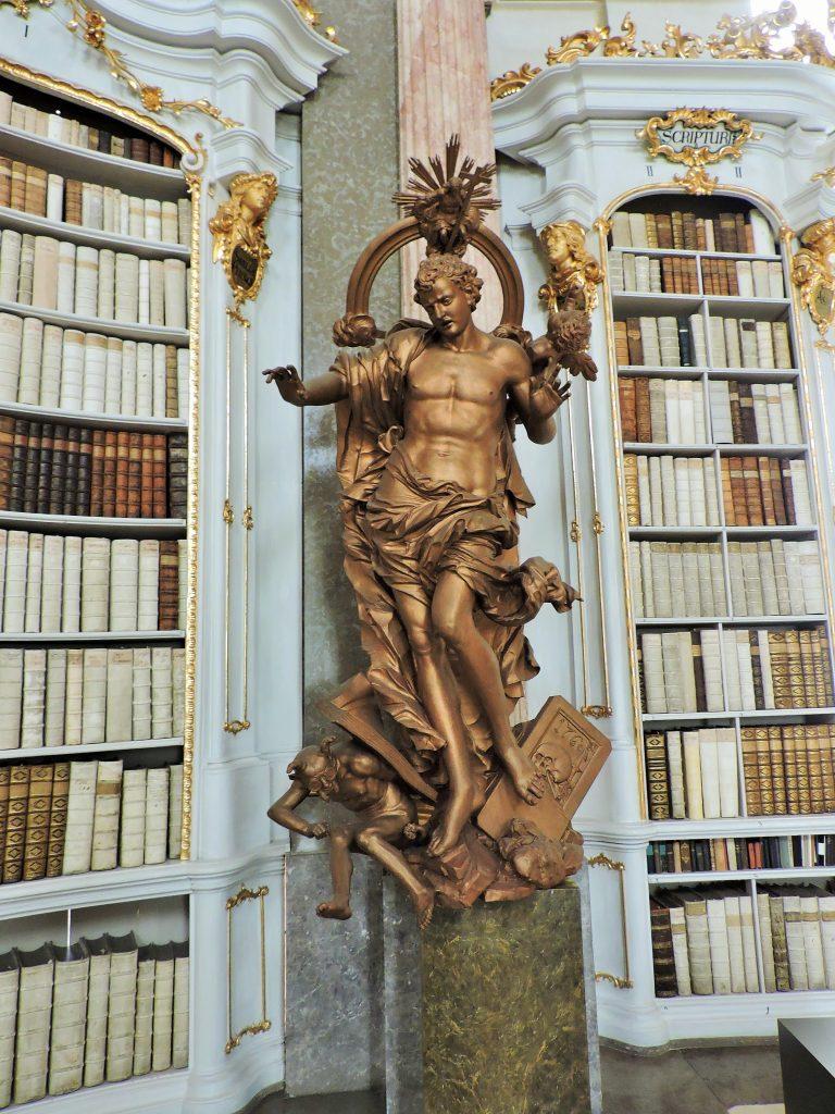 Kloster-Bibliothek mit Skulpur