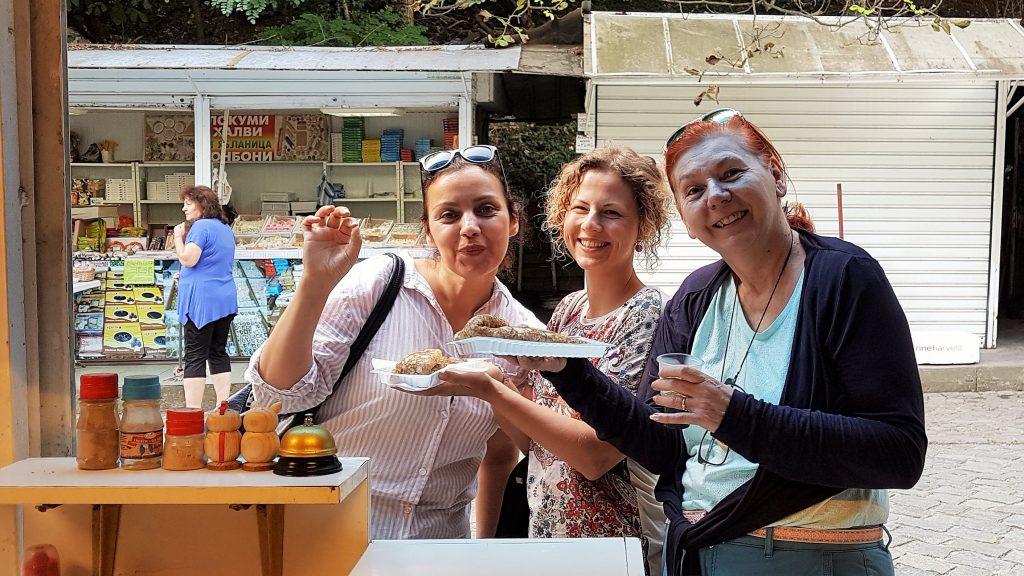 drei Frauen essen Pfannkuchen an einem bulgarischen Stand