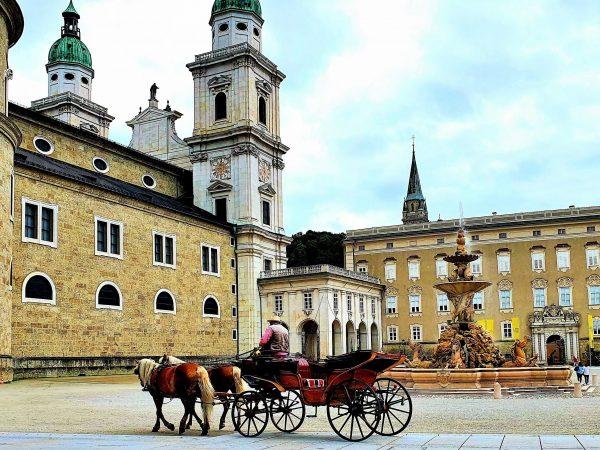 Fiaker fährt über den Residenzplatz in Salzburg