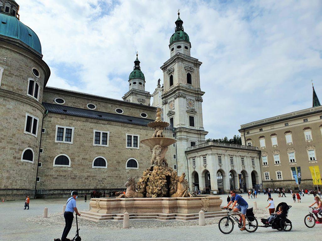 DomQuartier Salzburg Residenzplatz mit Brunnen