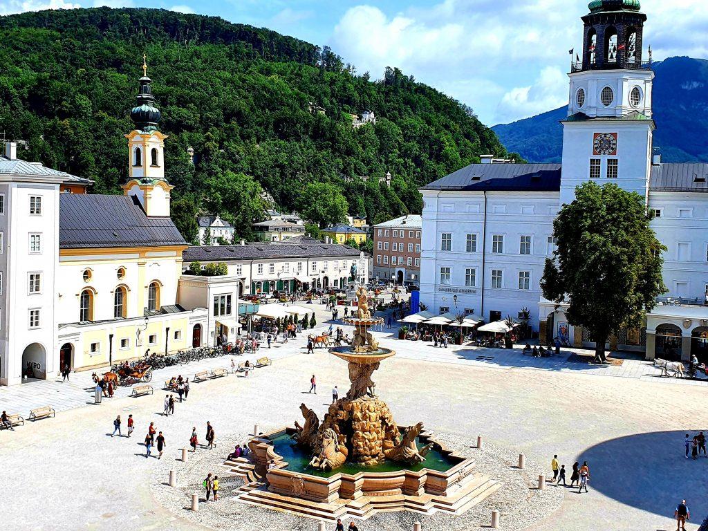 Blick von oben auf den Residenzpaltz Salzburg