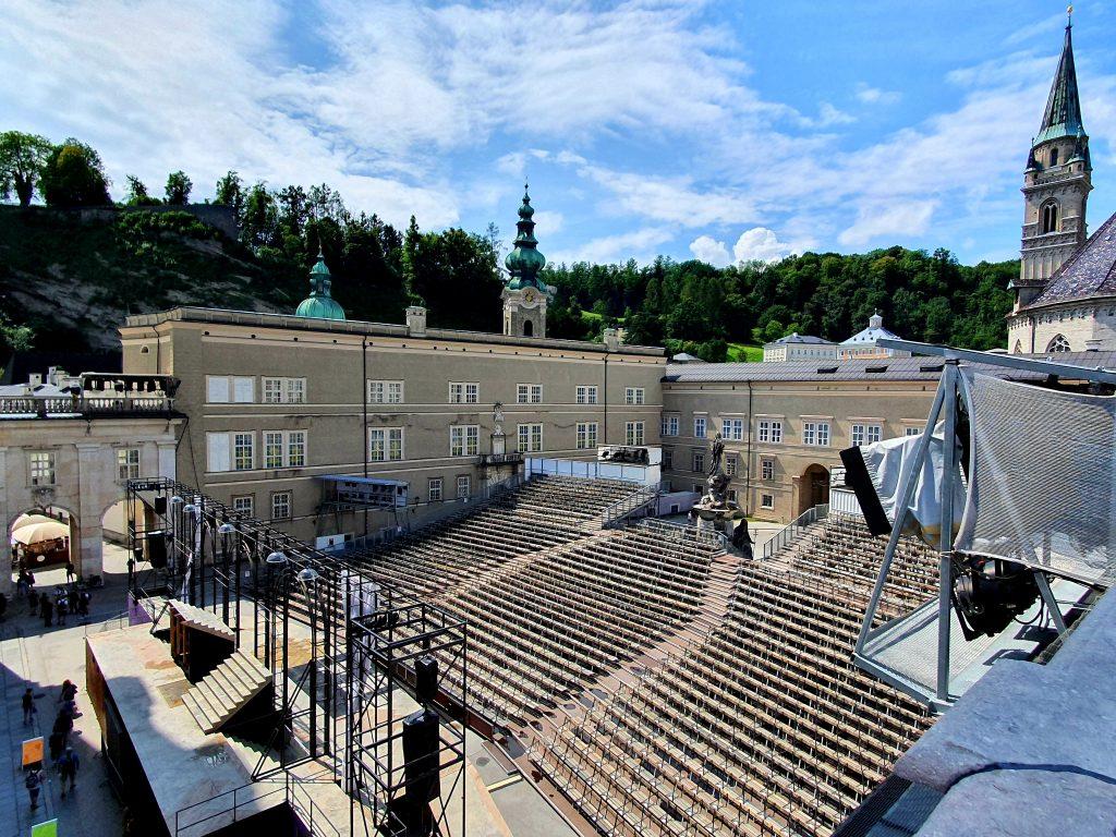 Jedermann Bühne mit Mönchsberg-Blick Salzburg