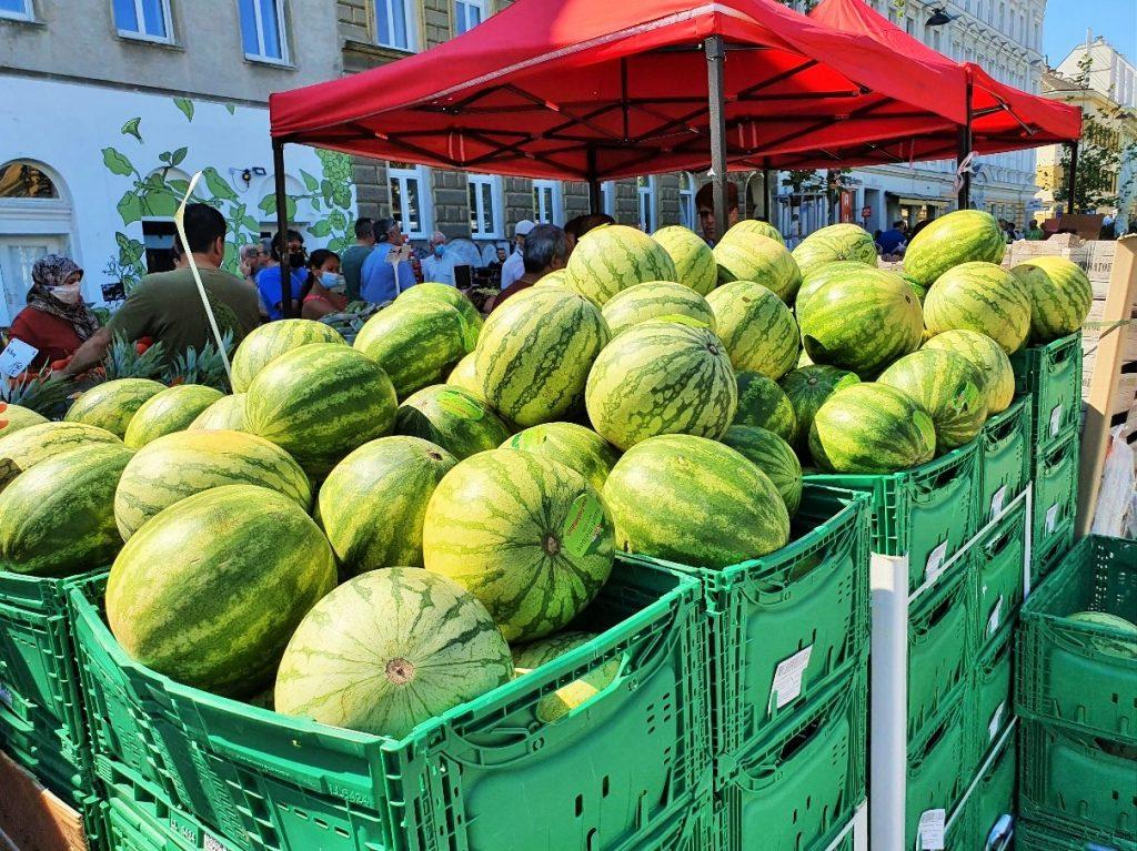 Kisten mit Melonen auf dem Markt