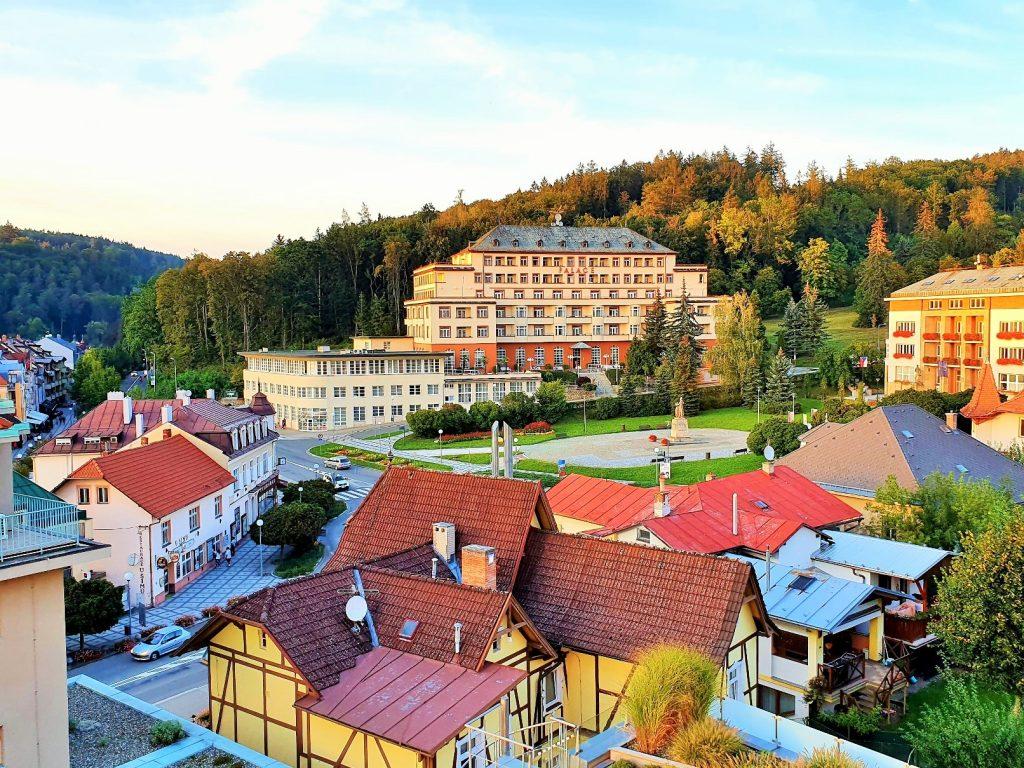 Blick über die Dächer des Kurortes Luhacovice mit Hotel Palace auf Anhöhe