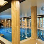Indoor Pool mit Säulen im Wellness-Hotel Alexandria, Luhacovice