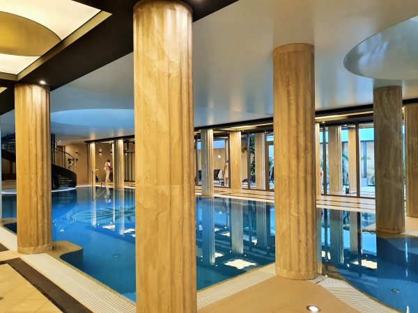 Indoor Pool mit Säulen im Wellness-Hotel Alexandria, Luhacovice