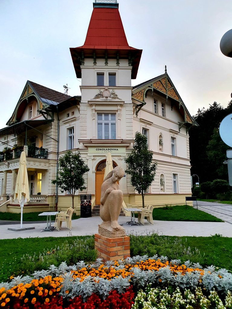 Jugendstil Villa mit Blumengarten und Statue davor