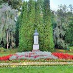 Park von Kurbad Luhacovice mit Statue im Zentrum