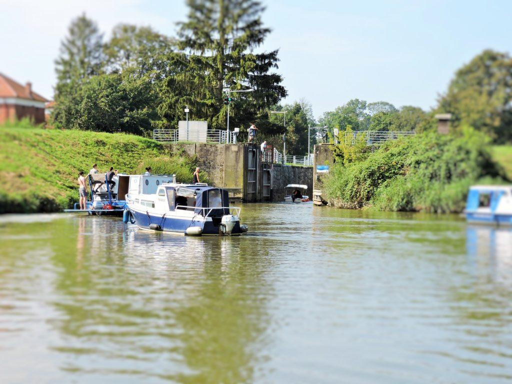 Ausflug mit dem Boot auf dem Bata Kanal