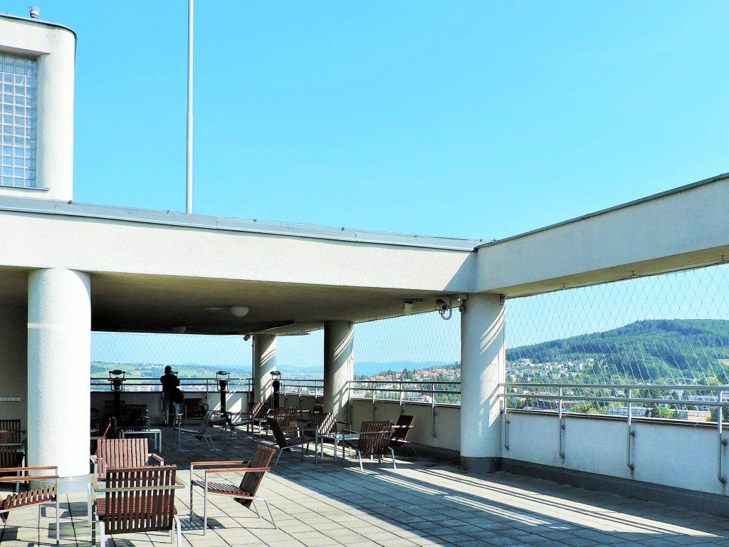 Hochhaus Aussichtsterrasse mit Blick auf Zlin