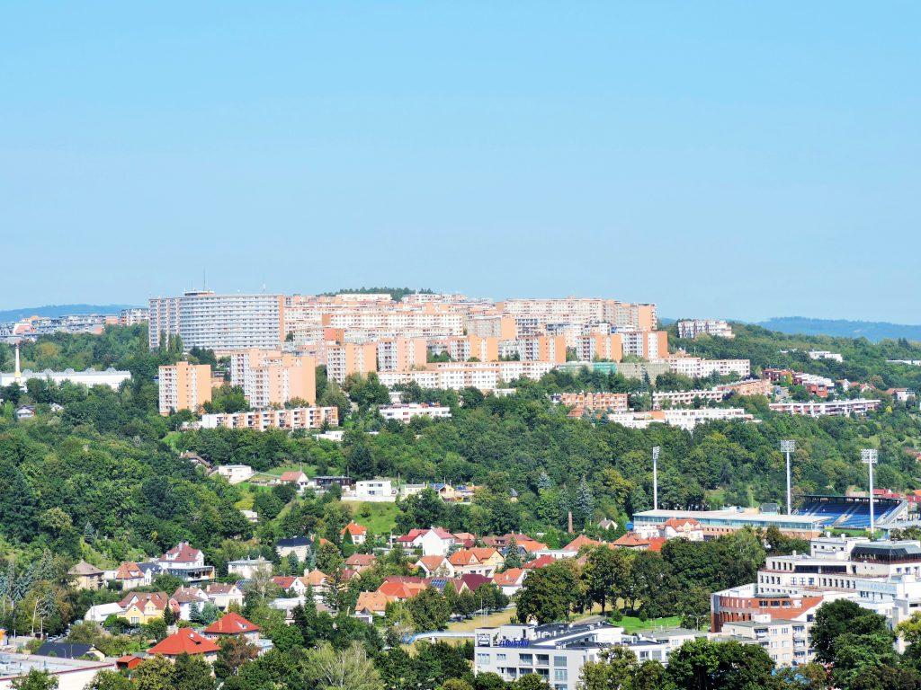 Blick von oben auf die grüne Stadt Zlin