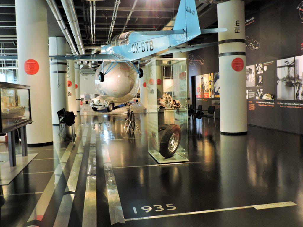 moderne Museumshalle mit einem hängenden Kleinflugzeug
