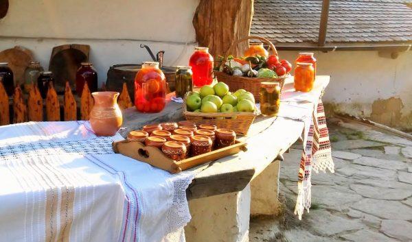 Früchte und Marmeladen auf einem Gartentisch