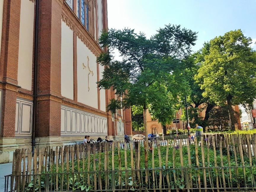 grüner Vorgarten bei Kirche