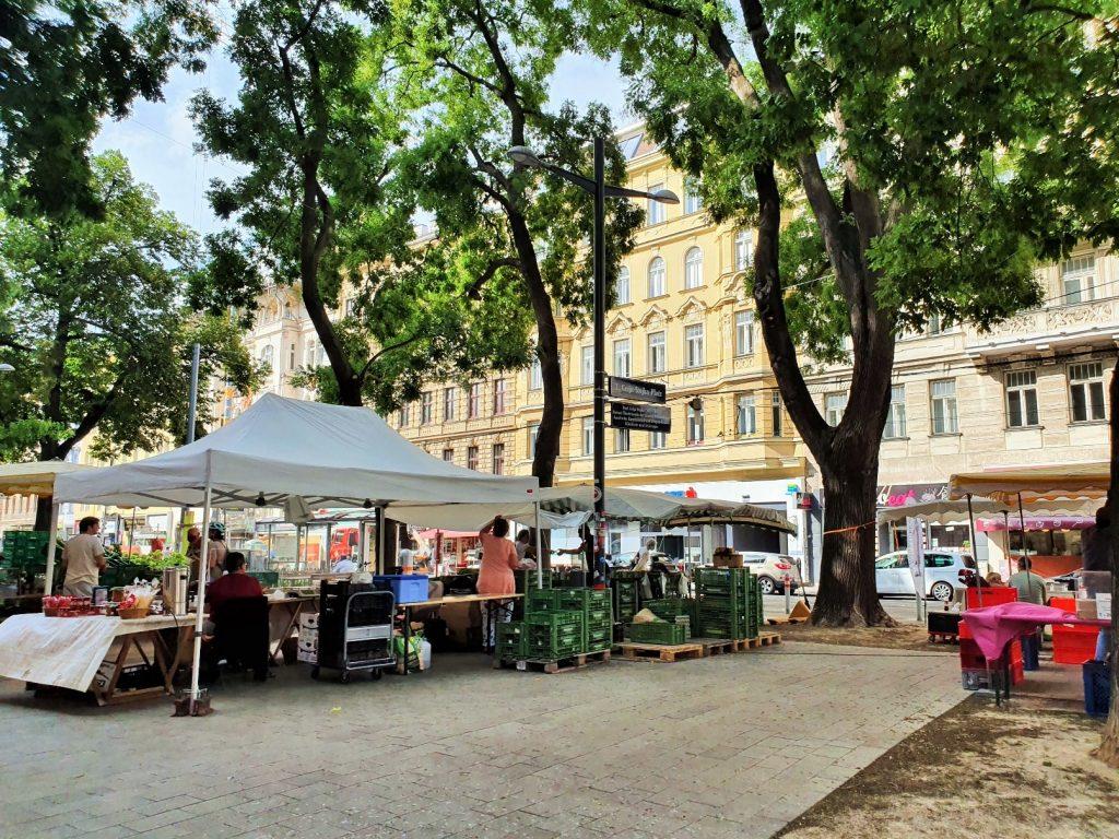 kleiner Bauernmarkt auf einem Platz