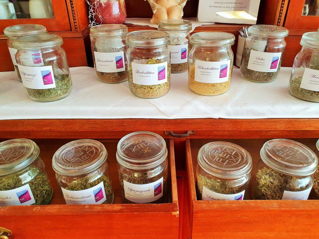 Kräutertee-Bar mit Tees in Gläsern
