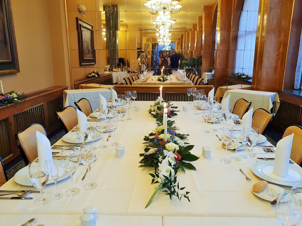 Stilvoll gedeckte Speisetafel in historischem Ambiente