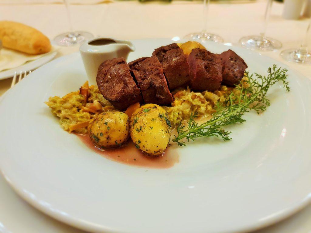 Fleischgericht mit Beilagen auf Teller