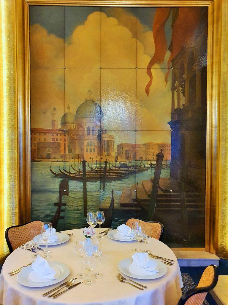 Stilvolles dinieren in feinem Ambiente an rundem Tisch
