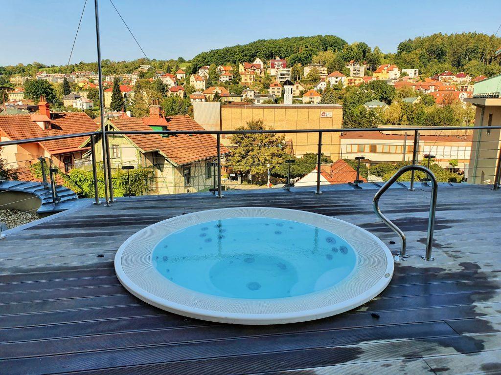 Whirlpool auf Terrasse mit Blick über die Umgebung
