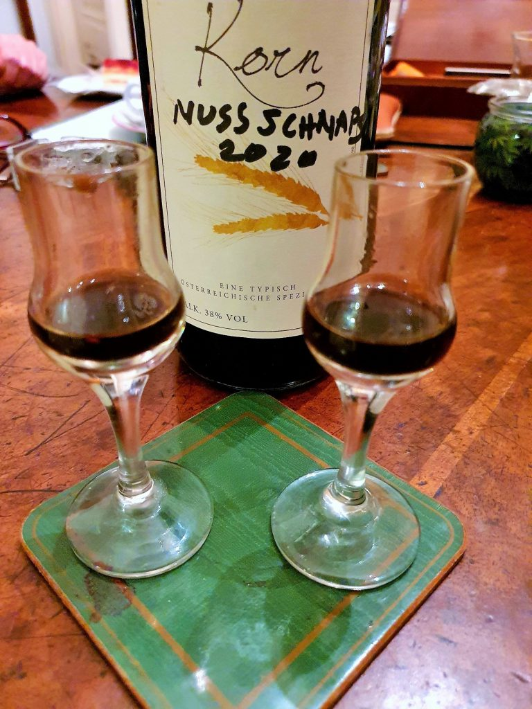Nocino Walnuss Likör in Gläsern und Flasche