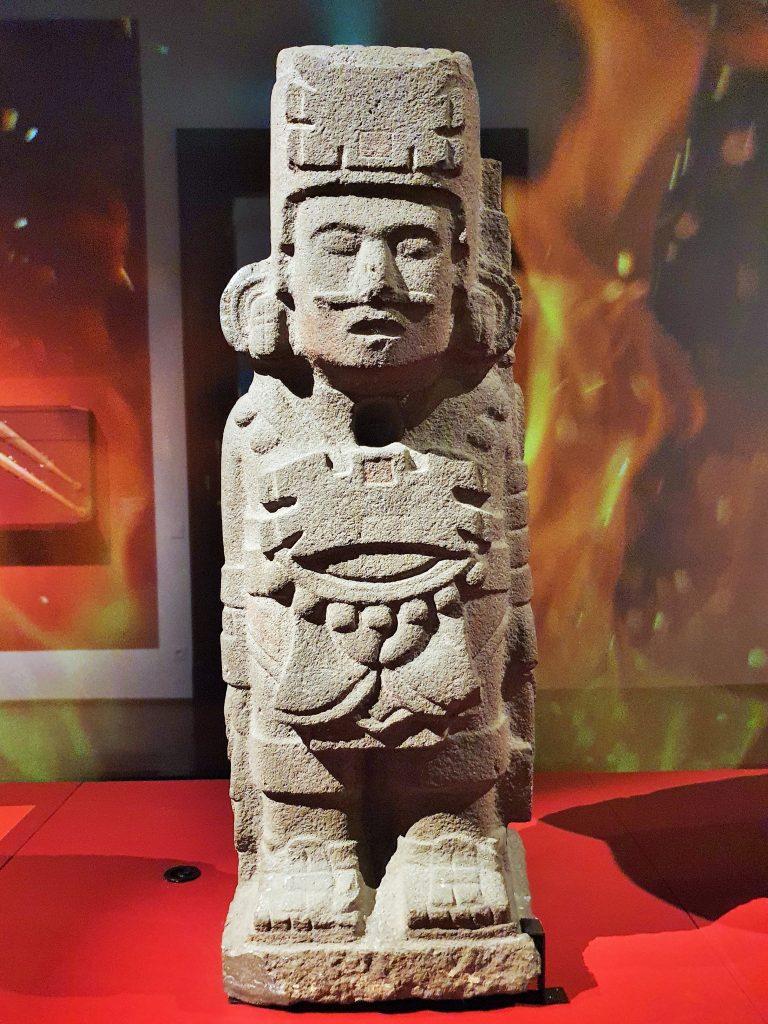 Statue mit Kriegerfigur der Azteken