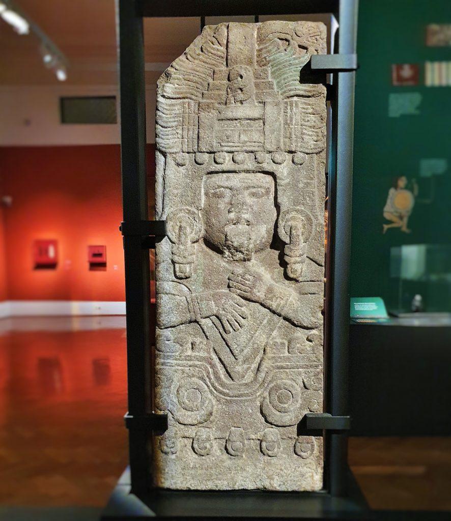 aztekische Reliefplatte stellt die Göttin des unterirdischen Wassers dar