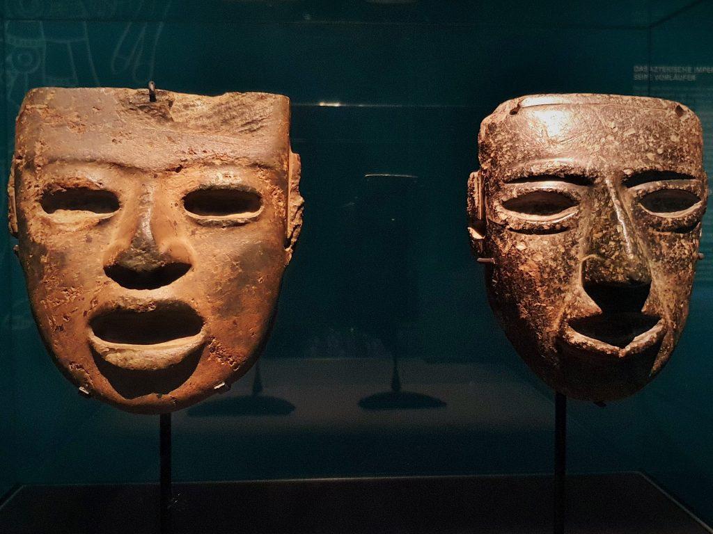 zwei aztekische Grünsteinmasken in Museum ausgestellt