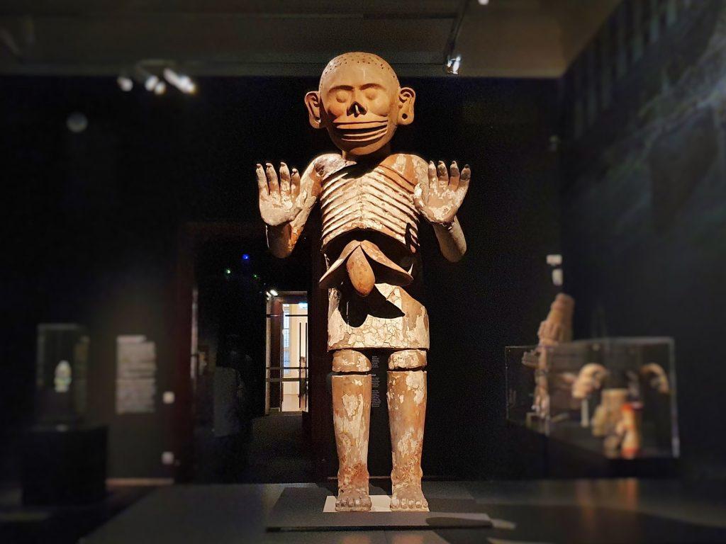 Figur im Museum den Gott der Unterwelt der Azteken darstellend