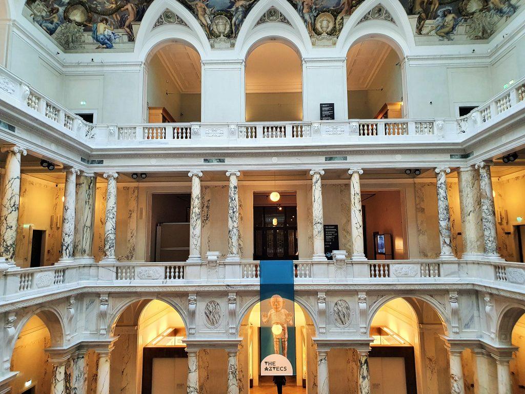 Innenansicht der prächtigen Halle im Weltmuseum Wien