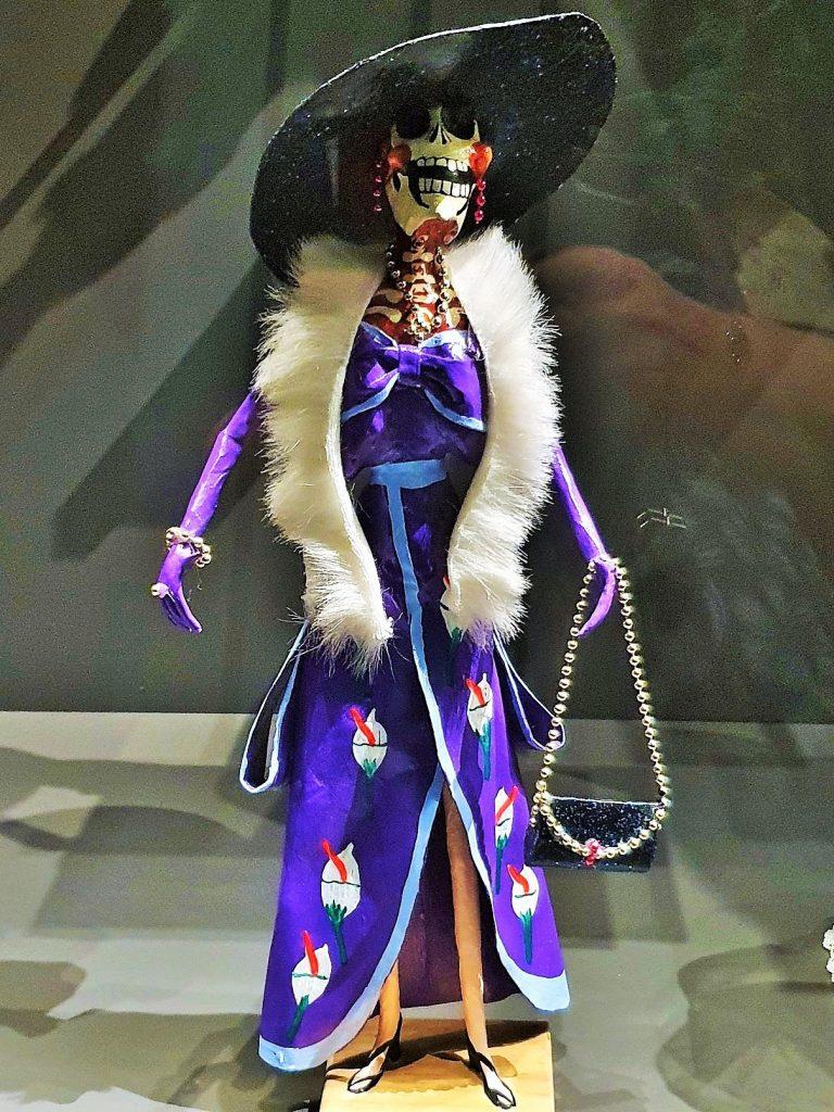 Totenkult in Mexico mit Darstellung eines Skeletts als Diva