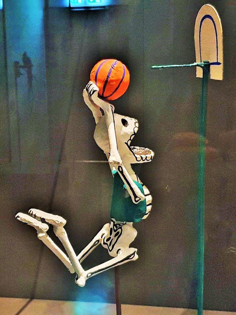 Skelett spielt Handball, Darstellung für Todos Santos, Fest der Toten