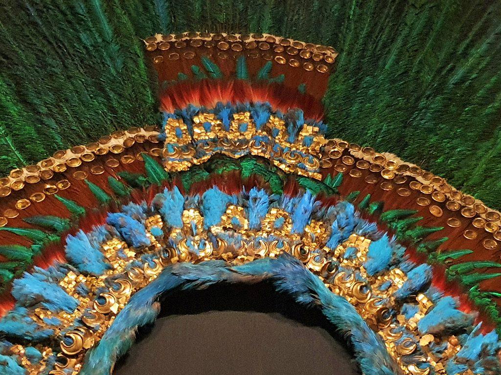 Teilansicht der Federkrone der Azteken