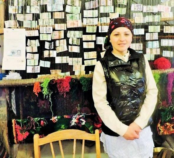 junge moldawische Frau vor einer Wand mit ausländischen Geldscheinen